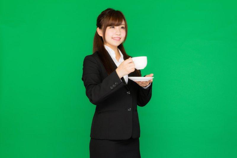 コーヒーを持つ女性
