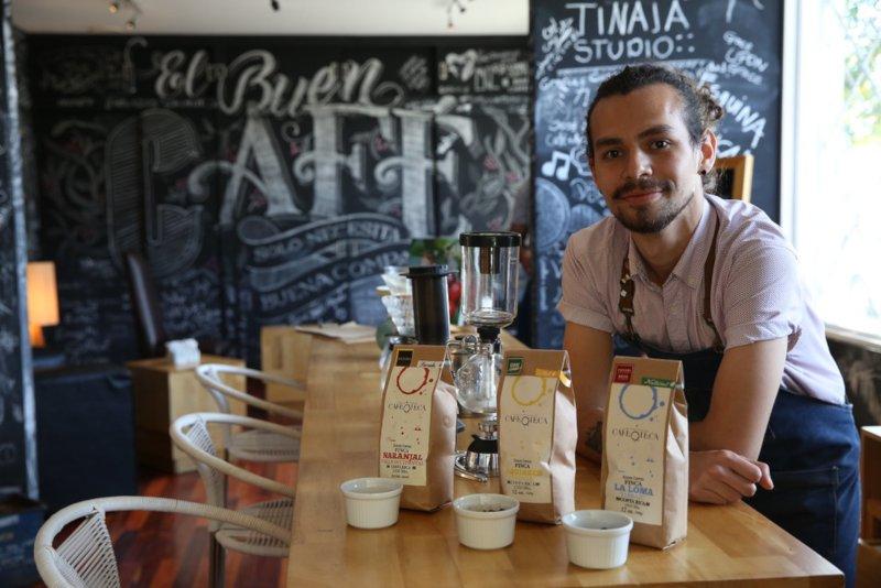 コーヒー豆を紹介するバリスタ